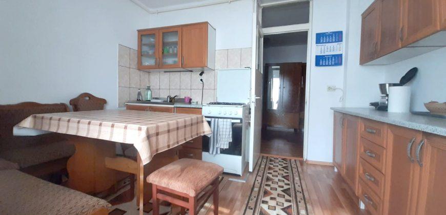 Apartament 3 camere decomandat, Cetate-Mercur, etajul 1
